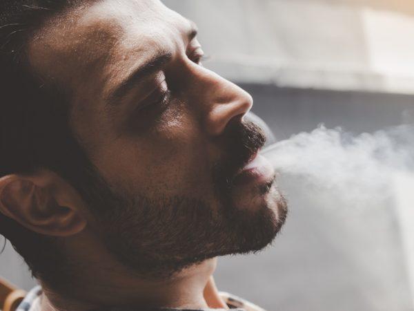 ฉันสามารถกลับมาสูบบุหรี่ต่อหลังจากปลูกผมได้เมื่อใด